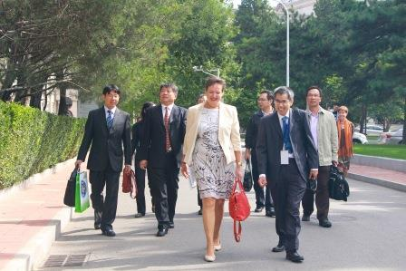 08-secretary-general-and-prof-ho-during-walk-on-campus